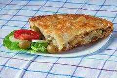 Balkan-Küche Burek mit Fleisch stockfotografie