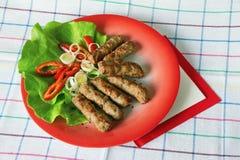 Balkan-Küche Cevapi - gegrillter Teller des Hackfleischs lizenzfreie stockbilder