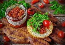 Balkan keuken van de Ajvar de saus geroosterde peper Stock Afbeeldingen