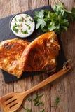 Balkan mat: burek med spenat- och ostnärbild på tabellen Fotografering för Bildbyråer