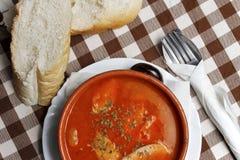 Balkan ragu med korven i en bunke med bröd Arkivfoton