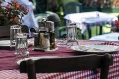 Balkan tabell på restaurangen Arkivfoto