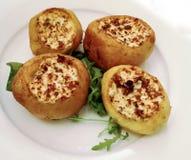 Balkan voedsel: gevuld en geroosterde aardappels royalty-vrije stock foto's