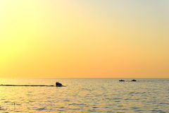 Balkhash jeziorny zmierzch z wodnym rowerem i łodzią Zdjęcia Stock