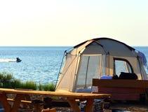 Balkhash jeziorny zmierzch z wodnym rowerem i namiotem Obrazy Stock