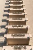 Balkon, der mit Linie Wandbeschaffenheit wiederholt Stockfotos