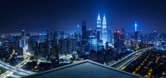 Balkon des offenen Raumes mit Kuala Lumpur-Stadtbildskylineansicht stockfoto