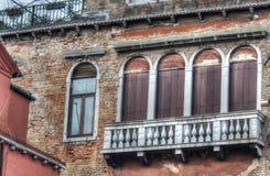 Balkon in een oude voorgevel stock afbeeldingen
