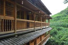 Balkon eines hölzernen Gebäudes Stockbild