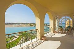Balkon eines Luxuslandhauses mit Seeansicht Lizenzfreies Stockfoto