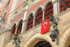 Balkon en Turkse vlaggen in Istambul, Turkije royalty-vrije stock afbeelding