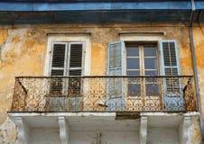 Balkon en vensters met blinden van oud huis in Limassol, Cyprus Stock Afbeeldingen