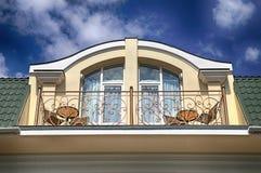 Balkon im Dachbodenfußboden der Luxuxvilla Stockbild