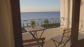 Balkon im Hotel mit ausgezeichneten Seeansichten stock video