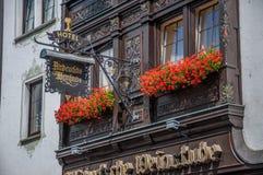 Balkon med blommor i hotellet Altdeutsche Weinstube Fotografering för Bildbyråer