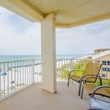Balkon, mening, oceaan, strand, water, zand, geluk, flatgebouwen met koopflats, vacationrentals stock afbeelding