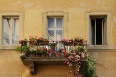 Balkon met bloemen stock afbeeldingen