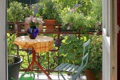 Balkon met bloemen en installaties royalty-vrije stock afbeelding