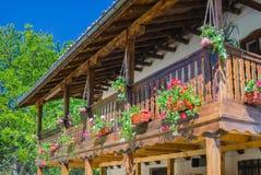 Balkon met bloemen in Klisurski-Klooster Stock Foto's
