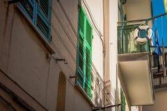 Balkon met gesloten groen venster in Santa Margherita Ligure, Italië stock fotografie