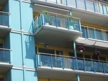 Balkon met glasvoorzijde en installaties (detail) stock afbeelding