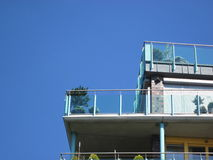 Balkon met glasvoorzijde en installaties (hemel) stock fotografie
