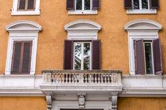 Balkon met kolommen en vensters met blinden met marmeren ornamenten in het oude uitstekende huis in Rome, hoofdstad van Italië Royalty-vrije Stock Afbeeldingen