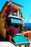 Balkon met mooie bloemen royalty-vrije stock afbeeldingen