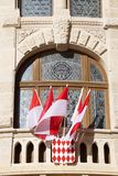 Balkon met rood en witte vlaggen Royalty-vrije Stock Afbeeldingen