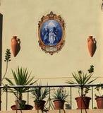 Balkon mit Anlagen und religiöses Bild in Faro Portugal Lizenzfreies Stockbild