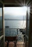 Balkon mit Ansicht des Sees lizenzfreie stockfotografie