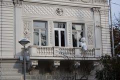 Balkon mit Babyengelsskulptur stockfotografie