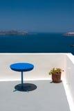 Balkon mit blauer Tabelle und Re Lizenzfreies Stockfoto