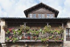 Balkon mit Blumen Stockfoto