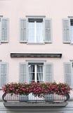 Balkon mit Blumen stockfotos