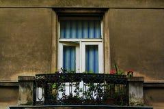 Balkon mit Blumen und einem Fenster im Stadtzentrum gelegenen Zagreb-Gebäude, Kroatien, Hintergrund des blauen Himmels Lizenzfreie Stockfotos