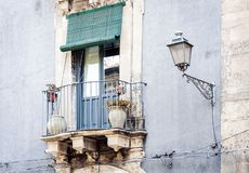 Balkon mit Blument?pfen und Zimmerpflanzen in einem historischen Geb?ude in Catania, traditionelle Architektur von Sizilien, Ital lizenzfreies stockbild