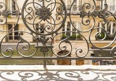Balkon mit dekorativem Geländer und Fensterläden in Paris, Frankreich stockfotos