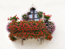 Balkon mit den rosafarbenen und roten Blumen Lizenzfreies Stockfoto