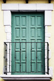Balkon mit geschlossenen grünen Türen auf Fassade Stockfoto