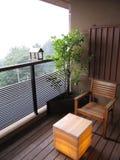 Balkon mit Holzstuhl, Baumanlage und Laternenlampentabelle im japanischen traditionellen Gasthaushotel Lizenzfreies Stockbild