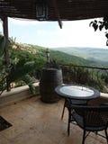 Balkon mit mountain& x27; s-Ansicht und -faß Lizenzfreies Stockbild