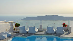 Balkon mit Pool in Imerovigli, Santorini, Griechenland mit Kesselseeansicht Stockbild