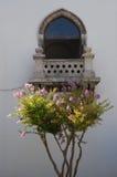 Balkon mit purpurroten Blumen Stockbilder