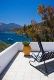Balkon mit Schwingensofa Stockfoto