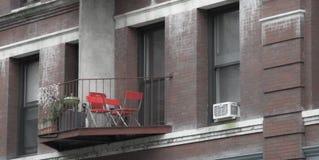 Balkon mit Stühlen lizenzfreie stockfotos