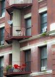 Balkon mit Stühlen lizenzfreie stockfotografie