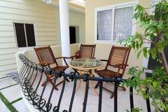 Balkon mit Tabelle und Stühlen Stockbild