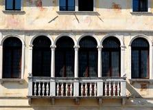 Balkon mit vier Türen und zwölf Spalten Stockfotografie