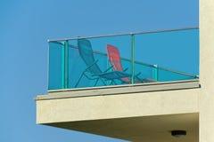 Balkon mit zwei Stühlen Stockfotos